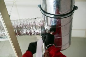 hands-sealing-ductwork